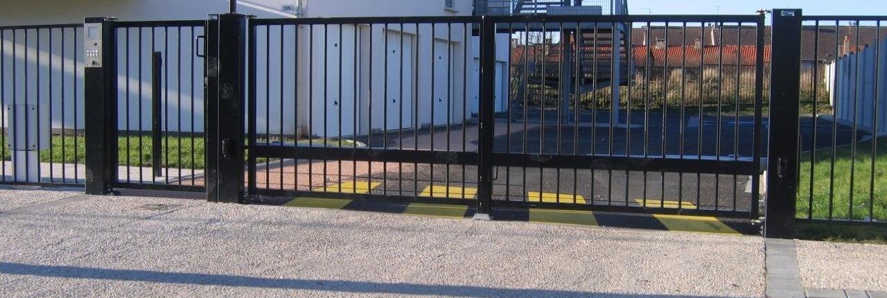 Portail portillon acier ou aluminium barri res clonor for Portail acier galvanise ou aluminium